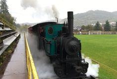 Bizarro! Trem passa dentro de estádio na Eslováquia; conheça a história