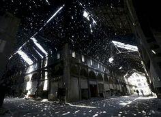 霍姆斯 Homs 老城区的一个旧集市,阳光透过顶棚的孔隙洒落在地面上,叙利亚 Syria。摄影师:Omar Sanadiki