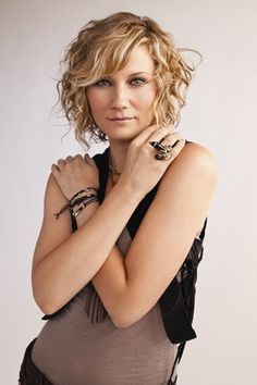 i love her Short, curly hair