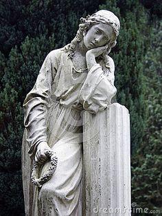 femme-s-affligeante-de-statue-en-pierre-34064009.jpg 338×450 pixels