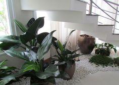 Como aproveitar o espaço sob as escadas com um jardim