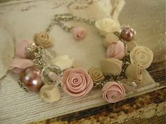 Náramok Vintage Roses Náramok s ručne modelovanými ružami z polymérnej hmoty, sklenenými brúsenými ohňovkami a voskovanými perlami. Ružičky sú v jemných odtieňoch staroružová, béžová a maslová. Retiazka a komponenty sú vo farbe platina. Zapínanie je na karabinku s predlžovacou retiazkou.
