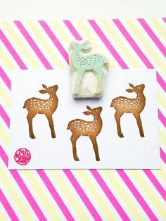 timbre de silhouette fauve. cerf de bébé main sculptée timbre en caoutchouc. joli timbre animaux boisé. bricolage automne artisanat. scrapbooking. Gift wrap faisant