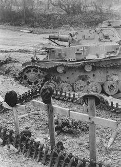 Der zerstoerte deutsche Panzer und die Grab dessen Soldaten. Wahrscheinlich im Polen od. Im Westen.