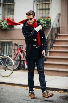 ダッフルコートと赤マフラーの着こなし