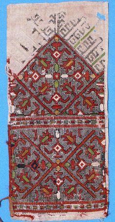 Узор поясной подвески типа сарă, сар или яркăч. 18 в. Двухсторонняя вышивка на холсте, нити шелковые и шерстяные, обшивка лентами. Верховые чуваши (вирьял).