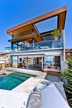 The Bronte House is a contemporary beach house perched high over the Pacific Ocean in Sydney, Australia, designed by Rolf Ockert Design. Contemporary Beach House, Modern House Design, Modern Beach Houses, Bronte House, Design Exterior, Roof Design, Beach House Plans, Design Case, Luxury Homes
