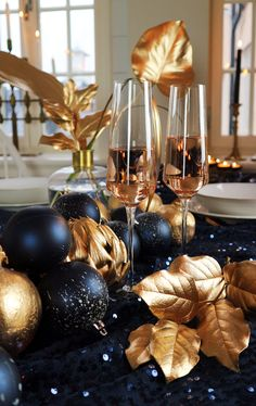 New Year's Eve inspiration New Years Eve Decorations, Christmas Table Decorations, Decoration Table, Table Centerpieces, Christmas Wreaths, Holiday Decor, New Years Eve Dinner, New Years Eve Party, Nye Party