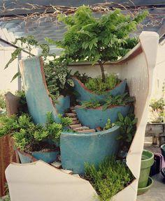 まるでジブリの世界観!割れた鉢植えを利用した、ファンタジー感あふれる素敵な箱庭