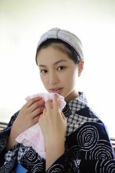 顔の肌がきれいな平田薫さん