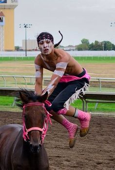 Still has the spirit.... Native American Horses, Native American History, American Sports, American Life, Native American Photography, Native Place, Indian Horses, Relay Races, Indian Pictures