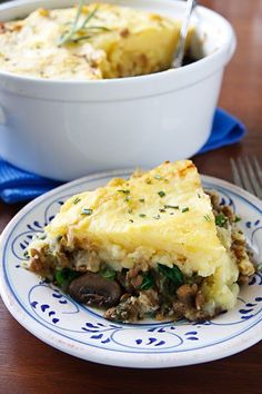 Nava's Hearty Lentil & Mushroom Shepherd's Pie from Fat Free Vegan Kitchen. I'm not usually a fan of Shepherd's Pie, but this looks amazing. Vegetarian Recipes Dinner, Vegan Recipes, Dinner Recipes, Cooking Recipes, Dinner Menu, Holiday Recipes, Vegan Ideas, Potluck Recipes, Christmas Recipes