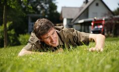 Rasen: Pflegeplan fürs ganze Jahr -  Unser Jahresplan für die Rasenpflege zeigt Ihnen, wann welche Maßnahmen anstehen – so präsentiert sich Ihr grüner Teppich immer von seiner schönsten Seite. Geben Sie unten auf der Seite einfach Ihre E-Mail-Adresse an und laden Sie den Pflegeplan als PDF-Dokument herunter.