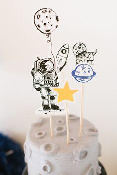 Weltraum, Astronauten, Planeten und Raketen – dies sind die Zutaten für einen coolen Kindergeburtstag, bei dem sich Jungs und Mädchen gleichermaßen Spaß haben. Planeten kreisen über dem Geburtstagstisch, ein großer Mond funkelt, auf der Weltraumtorte spaziert ein Astronaut und die Planeten Cakepops stehen zum Nachen bereit. Die Astronauten dürfen sich niederlassen und genießen nachdem sie …