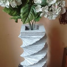 Reciclaje con Artesania: FLORERO DE CARTÓN Fresco, Paper Vase, Herbs, Plants, Recycled Crafts, Creative Crafts, Garden Decorations, Flower Vases, Ornaments