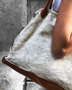 El bolso perfecto para irte de puente  Ligero espacioso...pero sobretodo: Bonito     #brussosa #brussosaselection #gift  #mothersday #leather #bag  #leatherbag #white #handmade  #fashion #style  #barcelona #handmadeinitaly #oneofakind The Selection, Barcelona, Bags, Instagram, Bonito, Topcoat, Bridge, Handbags, Barcelona Spain