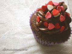 Cupcake da Draculaura: http://www.oficinadadebora.com.br/2013/04/monster-high-fever-cupcakes-da.html #cupcake #yummy #chocolate #pink #red #white #heart #food #recipe