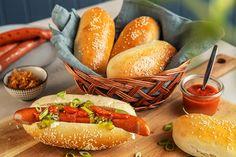 Hjemmebakte pølsebrød til grillpølsene Hot Dog Buns, Hot Dogs, Bratwurst, Bruschetta, Bread, Recipes, Food, Brot, Essen