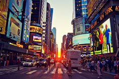 Manhattanhenge: the sun sets in line with the grid of Manhattan ( 4 times a year this occurs ).