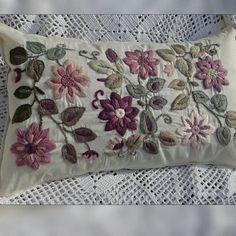 Almohadón bordado a mano con lana rústica y sedificada Funda con cruce /Se incluye el relleno de vellón siliconado Medidas 60 x 38 cms