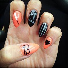 wahandaThe perfect mani to celebrate the new series of @OITNB by @lizziedrippin #manicure #mani #nailart #nailinspo #orangeisthenewblack #oitnb #orange #black #netflix #bbloggers
