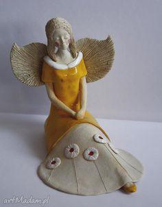 Anioł rozłożysty kwiecistej sukience ceramika wylegarnia pomyslow