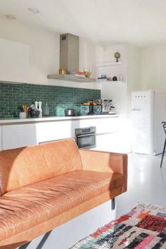 Witte, rechte keuken voorzien van een vrijstaande koelkast van SMEG. De groene achterwand geeft de keuken een retro look. Couch, Inspiration, Furniture, Delft, Kitchen Ideas, Home Decor, Retro, Houses, Biblical Inspiration