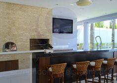 Como uma extensão da cozinha, o espaço gourmet conta com churrasqueira, forno a lenha, bancadas em granito preto e muito espaço para o preparo de deliciosas refeições.