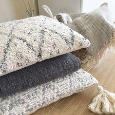Heerlijke kussens en warme plaids, je kunt er niet genoeg van hebben. De kussens en plaids van @goround_interior zijn sfeervol, zacht, warm en hip. Een musthave in je interieur. Je shopt ze in de webshop.