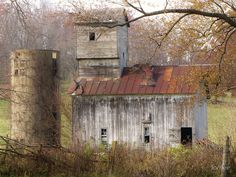 Abandoned Barn by lorilee