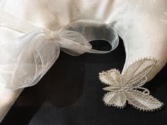 particolare CALZA FIOCCO DI NEVE € 80  su tessuto bianco damascato  con farfalla e spilla decori color oro e/o argento