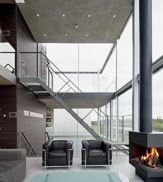 ¿Te gustarías vivir en una casa de cristal? Por su diseño eficaz y eficiente, y espectacular añadimos nosotros, esta magnífica vivienda ha sido nominada para el Premio de Arquitectura de Ámsterdam 2012