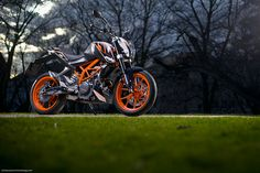 KTM Duke 390 : #KTM s'attaque aux motos accessibles avec le permis A2 avec cette surprenante Duke 390. Avec son cadre en treillis tubulaire orange et sa plastique signée Kiska elle se veut fun ; mais présente aussi l'un des meilleurs rapports qualité/prix de cette nouvelle catégorie. Lire l'article  http://www.motomag.com/KTM-Duke-390-Label-jeune.html #MotoMag #MotoMagazine @Katie Schmeltzer Morse Sportmotorcycle AG