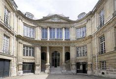 Interior courtyard ~ HOTEL LAMBERT, 2, rue Saint Louis en L'Ile, Paris 4ème