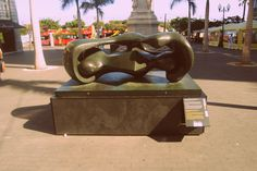 """Formas conectadas reclinadas (Henry Moore) """"Arte en la Calle"""" Plaza de la Candelaria (hasta el 1/12/13)"""
