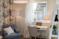 14 Heikius Hus-Talo - Työhuone @ Loma-asuntomessut Kalajoella Corner Desk, Space, Bed, Lightning, Furniture, Home Decor, Corner Table, Floor Space, Decoration Home