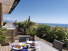 Abritel Location Antibes Penthouse 7ème étage vue sur la mer location appartement Cannes Pays de Grasse Penthouse au 7ème étage à Antibes - Droit dans le centre du Vieil Antibes / à 5 minutes de la plage, des ports et du marché provençal quotidien. 3 chambres, 2 salles de bains, terrasse de 80m2