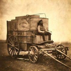 O britânico Roger Fenton, pioneiro na fotografia de guerra,  fotografou seu carro e o motorista durante a Guerra da Crimeia (1853-56).