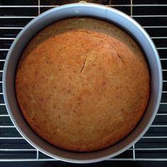 Her kommer oppskrift på en relativt sunn kake, som kan lages helt uten tilsatt sukker. Begynner bananene dine å bli skikkelig overmodne og brune, da er det på tide å lage banankake (eller bananlapp…