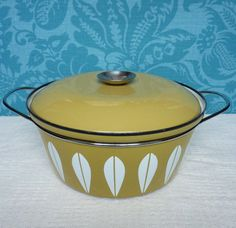 Mid century Cathrineholm Lotus pattern casserole dish / Dutch oven with lid, mustard colour Dutch Ovens, Cast Iron Dutch Oven, Chrome Handles, Large Pots, Casserole Dishes, Kitchenware, Lotus, Mustard, Vintage Style
