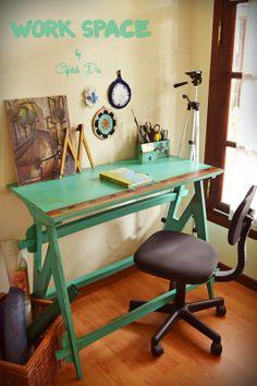 Original mesa escritorio en color verde esmeralda, con diseño de regla en uno de sus lados.