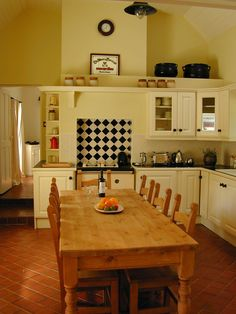 The traditional Irish kitchen at Wicklow Cottage rental. Interior Room Decoration, Interior Design Living Room, Living Room Ornaments, Kitchens And Bedrooms, Modern Bedrooms, Cottage Kitchens, Dinner Room, Cottage Interiors, Home Decor Furniture