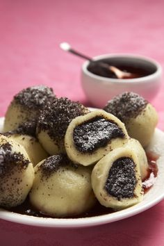 Těsto na tyhle knedlíky musíte připravit opravdu rychle. Ručíme za to, že… Sweet Desserts, Sweet Recipes, Snack Recipes, Cooking Recipes, Slovak Recipes, Czech Recipes, Slovakian Food, Eastern European Recipes, I Want Food