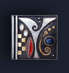 Linda Ladurner Pendant- brooch 2013. Silver, gold, garnet,spectrolite, moonstone. Pendentif-broche argent, or, grenat, spectrolite, pierre de lune. Pièce unique.4x4 cm