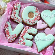 Одна Любовь, одна судьба. Размер коробочки 20*20, цена 600 руб. Для заказа 📱8910-714-80-75 No Bake Sugar Cookies, Sugar Cake, Fancy Cookies, Iced Cookies, Cute Cookies, Cupcake Cookies, Cookie Pops, Cookie Icing, Royal Icing Cookies