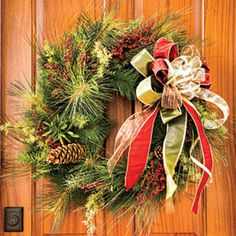 54 Festive Christmas Wreaths: Christmas Wreath with Gold and Red Bow