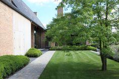 de tuin evolueert van formeel gesnoeide haagmassieven naar een zachtere uitstraling House Landscape, Landscape Design, Garden Design, Architecture Courtyard, Landscape Architecture, Modern Landscaping, Front Yard Landscaping, Garden Pool, Lawn And Garden