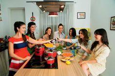 Para a personal chef e blogueira Luiza Zaidan (29), a amizade e a culinária têm um ponto em comum: o afeto. O ritual de preparar um prato em boa companhia e durante conversa agradável, aliado a diversão e aprendizado, foram os ingredientes perfeitos para uma noite especial. Em sua Cozinha da Lu Zaidan, na capital paulista, ela recebeu para um jantar-aula amigas que conheceu em viagem ao Maranhão, em maio deste ano.