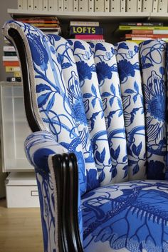 Beautiful chair covered with blue and white fabric. Love Chair, Chair Redo, Ikea Chair, Blue And White China, Blue Leaves, Blue Rooms, Take A Seat, Upholstered Furniture, White Decor