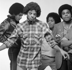 Michael Jackson and his brothers.(Michael looks like he's about to rap. The Jackson Five, Jackson Family, Janet Jackson, Paris Jackson, Invincible Michael Jackson, Photo Vintage, The Jacksons, My Black Is Beautiful, Beautiful Men